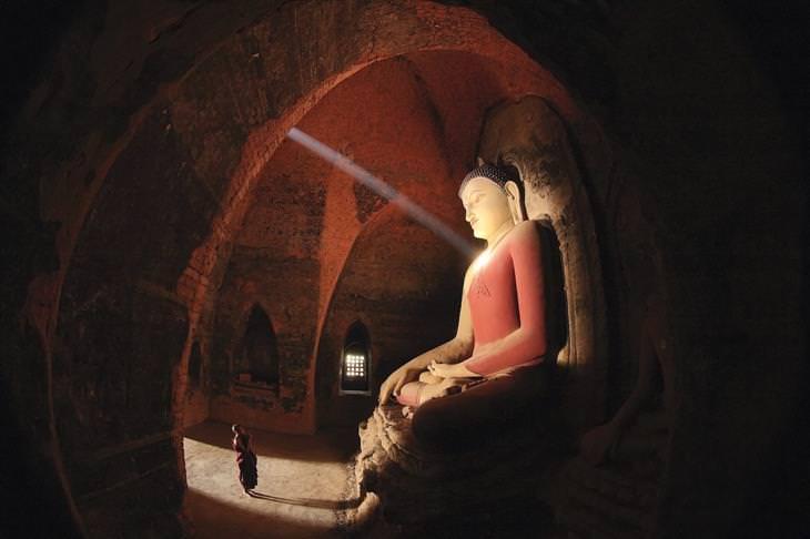 צילומים מתחרות תמונות הארכיטקטורה היפות ביותר לשנת 2020: פסל בודהה במקדש פאטות'ארמיאר במיאנמר