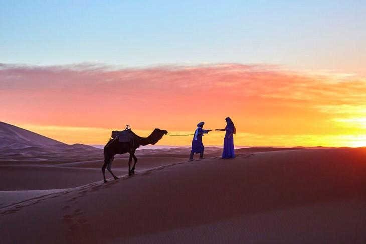 תמונות מדהימות של מרוקו: גמל וזוג אנשים במדבר