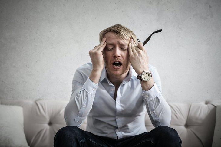 המדריך השלם למגנזיום: בחור שמחזיק את ראשו כאילו שיש לו מיגרנה