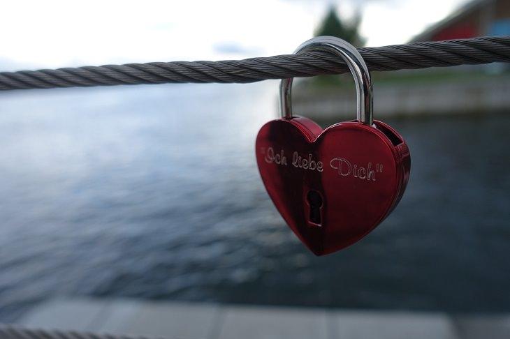 סימנים להתמכרות לאהבה: מנעול בצורת לב תלוי על כבל