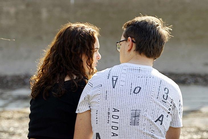 סימנים להתמכרות לאהבה: זוג משוחח