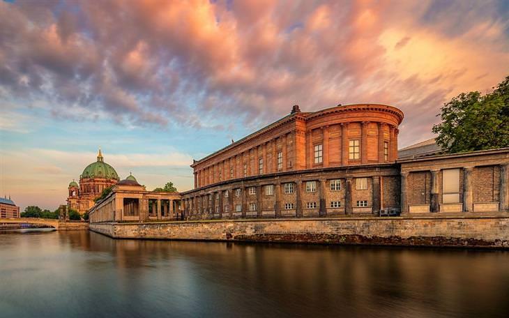 תמונות יפות: הגלריה הלאומית הישנה וקתדרלת ברלין במרכז עיר הבירה של גרמניה.