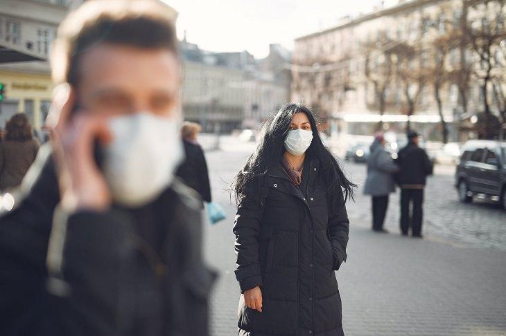 טיפים לחזרה לשגרה בצל הקורונה: אנשים הולכים ברחוב עם מסכת מנתחים