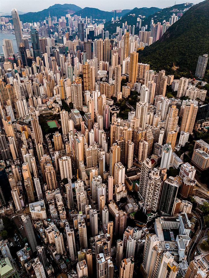 התמונות הזוכות בתחרות תמונות אוויר 2020: גורדי השחקים של הונג קונג