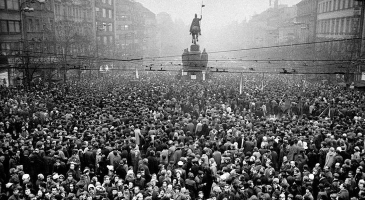 תמונות היסטוריות: אלפים בכיכר ואצלב בפארג במסגרת הלוויה של יאן פאלאך, סטודנט צ'כי אשר הצית עצמו במחאה על הפלישה הסובייטית לצ'כוסלובקיה - 1969