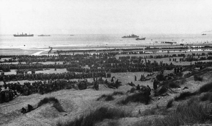 תמונות היסטוריות: מבט מהחוף לחיילים שפונו מצרפת במסגרת קרב דנקרק במלחמת העולם השנייה - 1940