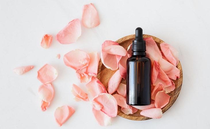 יתרונות בריאותיים של מי ורדים: בקבוקון מי ורדים