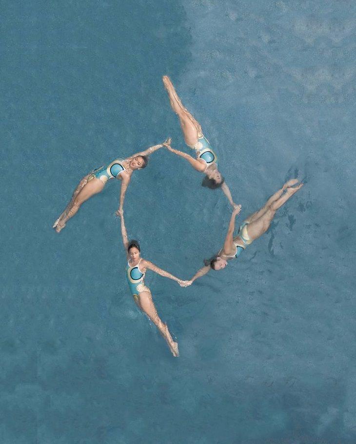 ספורטאים אולימפיים בצילום עילי: שחיניות צורניות עושות תרגילים בבריכה