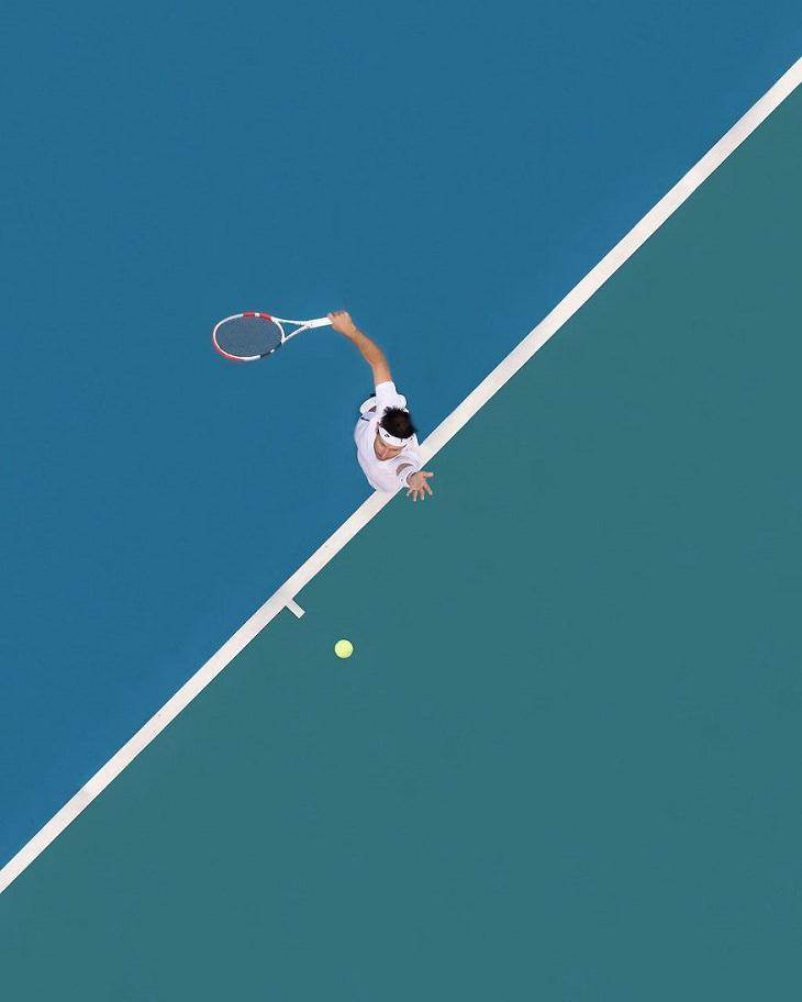 ספורטאים אולימפיים בצילום עילי: טניסאי מתרומם לחבטה בכדור