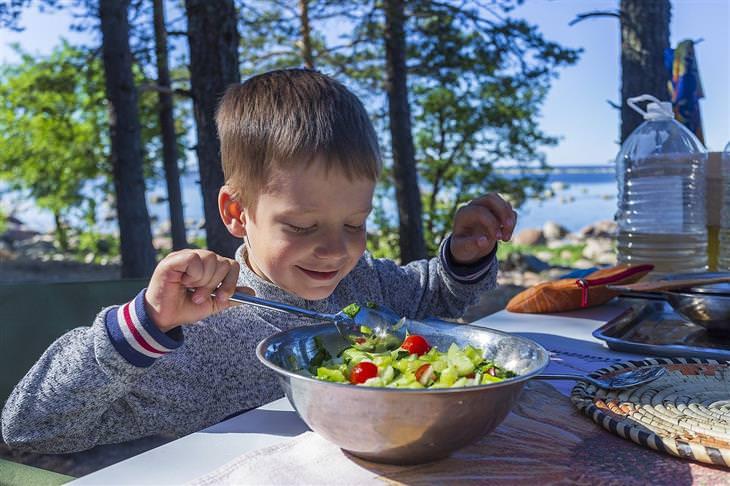שאלות ותשובות להורים: ילד אוכל סלט