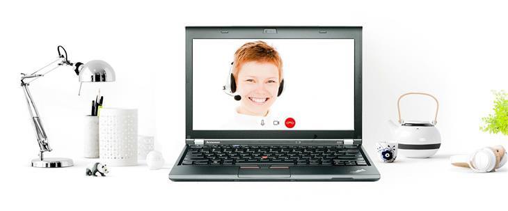 טיפים לעבודה בזום ובמייל: אישה על צג של מחשב
