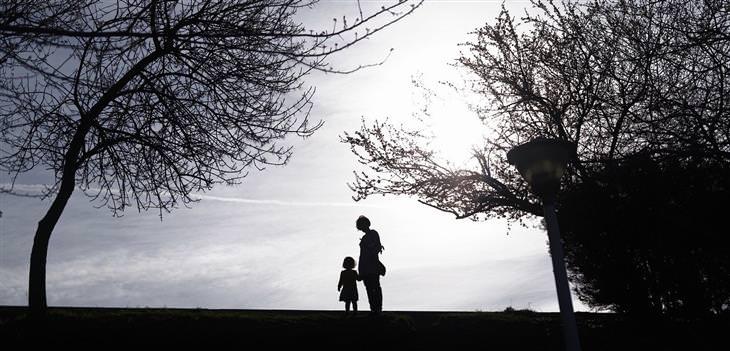 שאלות ותשובות להורים: צללית של אמא ובת