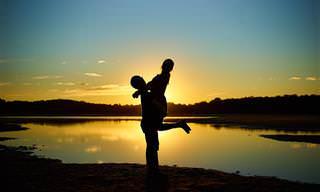 תרגומים לשירים: צללית של בחור מרים בחורה, על רקע אגם