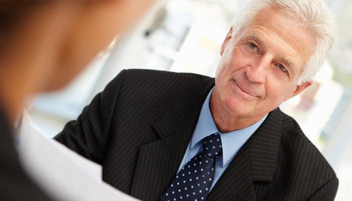 טיפים ועצות לחיפוש עבודה ושמירה על תפקידים לאור משבר הקורונה: גבר מבוגר בראיון עבודה