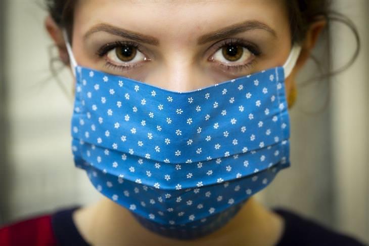 ויטמין D וקורונה: אישה עם מסכה