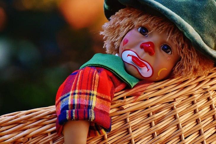 סיבות לעצב: בובה של ליצן עצוב בתוך סלסלת קש