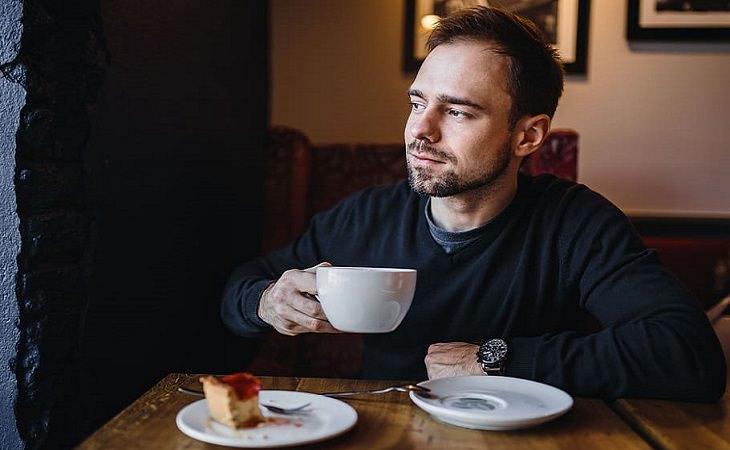 בדיחה: גבר שותה קפה