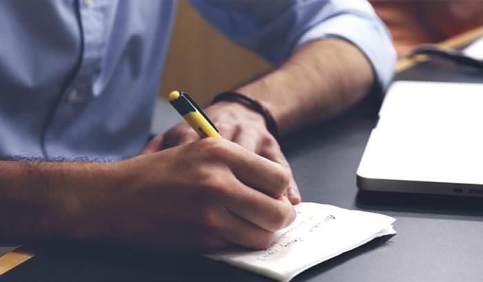 טיפים ועצות לחיפוש עבודה ושמירה על תפקידים לאור משבר הקורונה: גבר כותב על דף