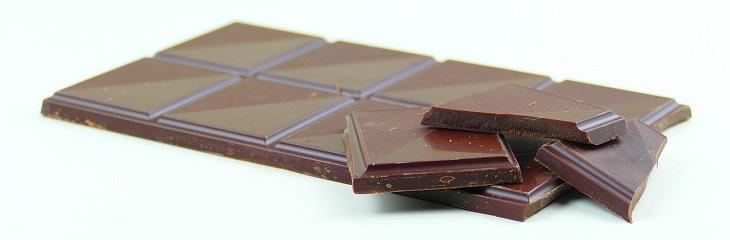 מאכלים שומניים בריאים: טבלת שוקולד מריר