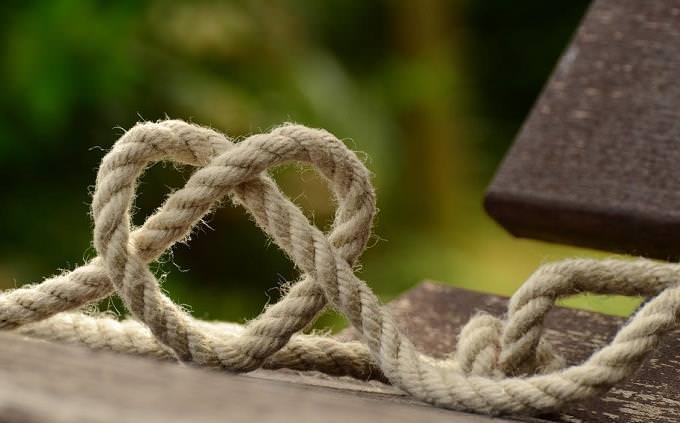 טריווייה בעברית: קשר של חבל בצורת לב