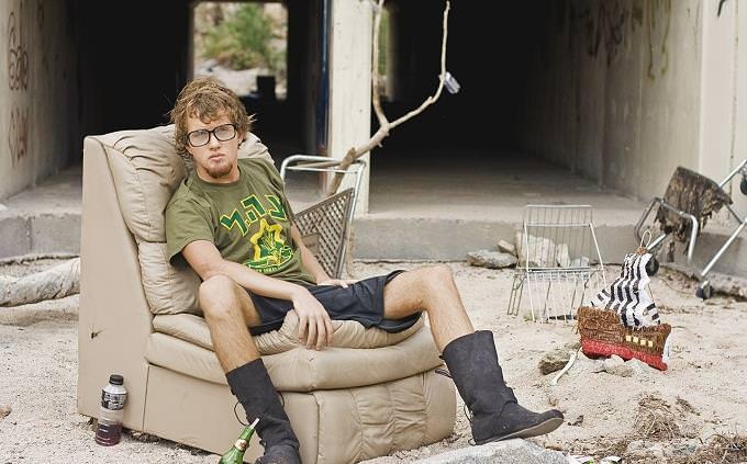 טריווית מילים נרדפות: בחור יושב על ספה ברחוב