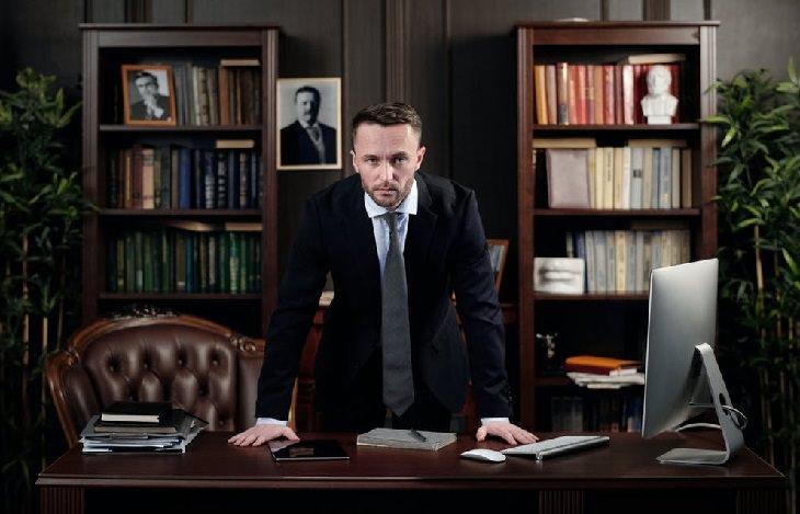 בדיחה על גמל שנעלם: עורך דין עומד במשרד שלו