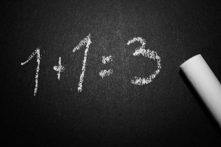 שיטות להשתחרר מהעבר: לוח שחור שעליו כתוב 3=1+1 בגיר לבן