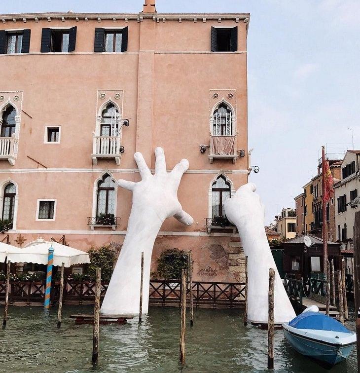 """פסלים מדהימים: """"תמיכה"""", ונציה, איטליה"""