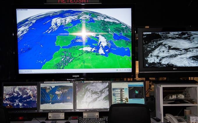 מבחן ידע כללי: מסכים שעליהם מופיעים צילומי כדור הארץ