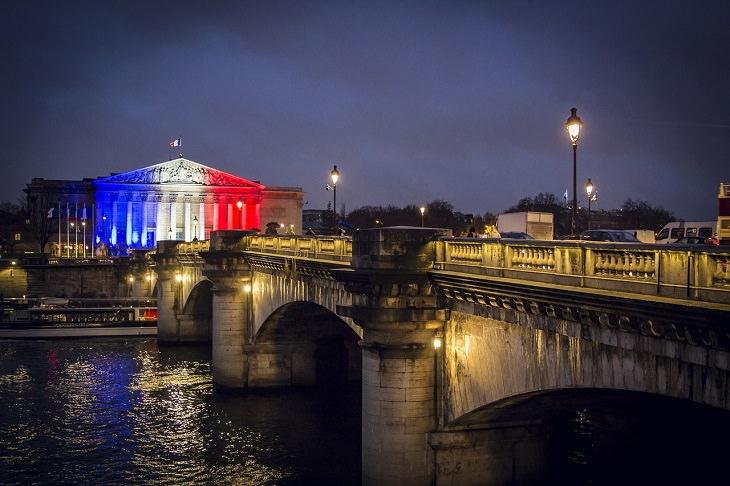 עבודות מסקרנות על צרפת: גשר ובניין בצרפת שעליו צבעי הדגל