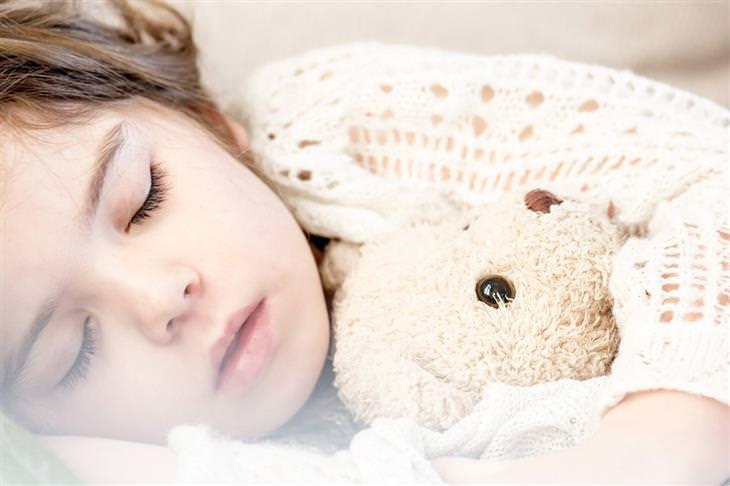 מדריך שינה לילדים: ילדה ישנה עם דובי
