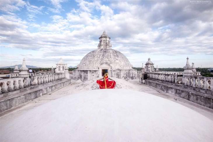תלבושות מסורתיות על רקע נופים: אניטה בשמלה מסורתית על רקע בניין עתיק בלאון שבניקרגואה