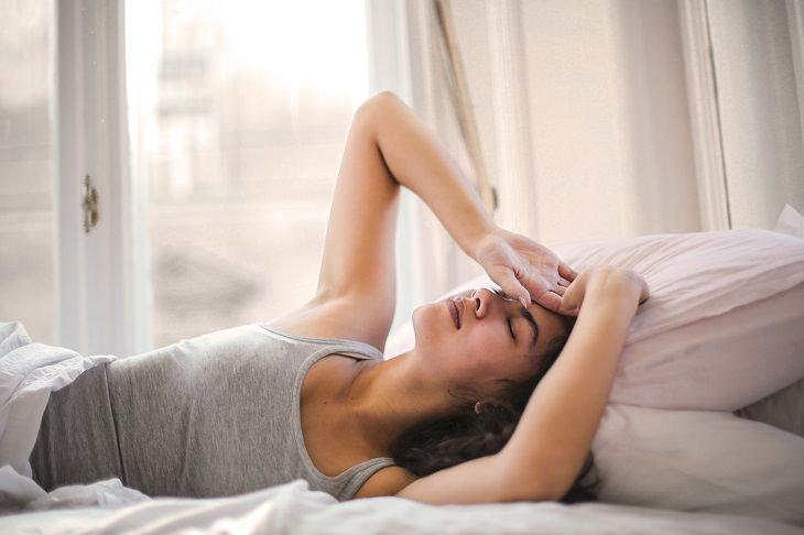 תסמונת הישבן המת: בחורה שוכבת על הצד ושמה ידיים על ראשה בייאוש