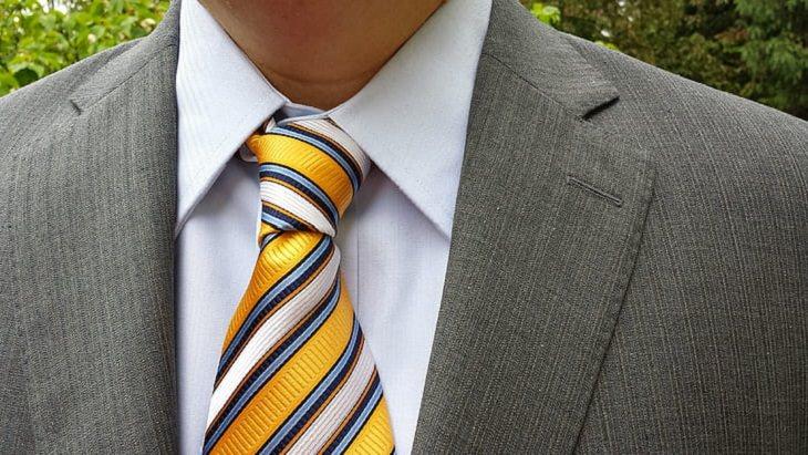 גיהוץ ללא מגהץ: צווארון חליפת גבר מגוהצת