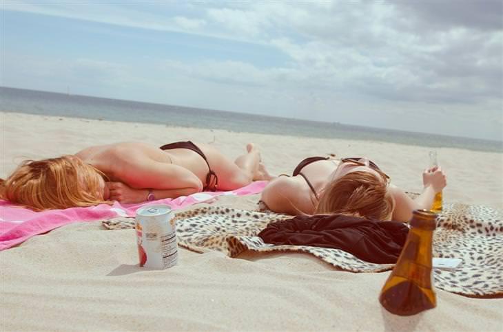 מה השמש עושה לעור: נשים משתזפות על חוף הים