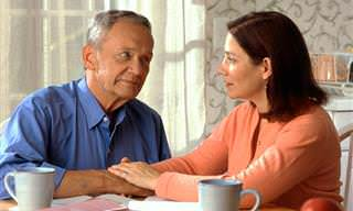 בדיחות למבוגרים בלבד: בעל ואישה יושבים ליד השולחן ומדברים
