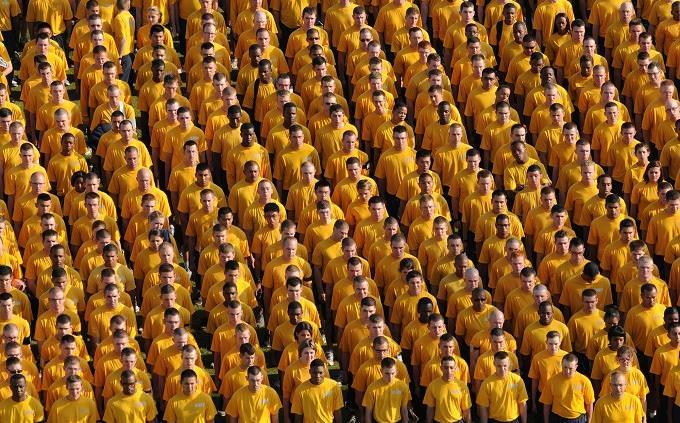 טריוויית גאוגרפיה: אנשים עומדים בצפיפות בחולצות לבנות