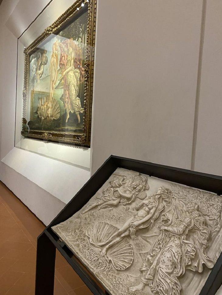 """המצאות לאנשים עם מוגבלויות: תמונה של """"הולדת ונוס"""" תלויה על קיר במוזיאון, ולצידה תחריט של הציור"""