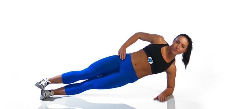 תרגילי כושר לחיזוק הכתפיים: בחורה מבצעת פלאנק צידי
