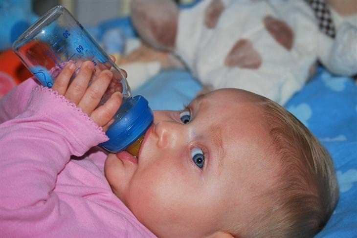 איך לשמור על שיני הילדים: תינוקת אוכלת מבקבוק