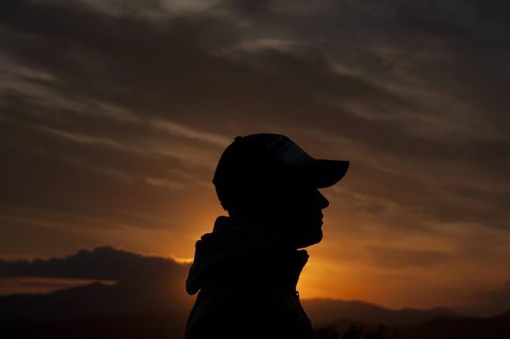 דברים שצריך לדעת כדי להפסיק לרצות אחרים: צללית פרופיל של איש עם כובע