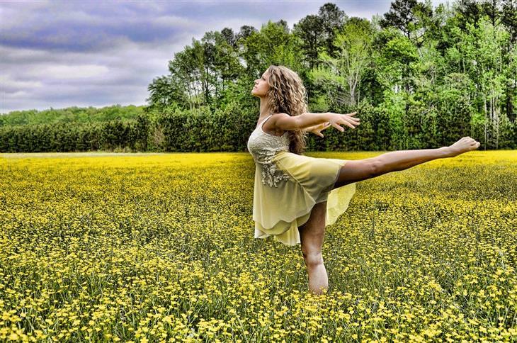 דברים שצריך לדעת כדי להפסיק לרצות אחרים: אישה רוקדת בשדה