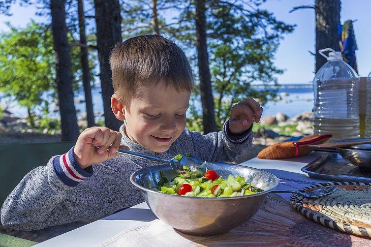 טיפים להורים על תזונת ילדים: ילד אוכל סלט