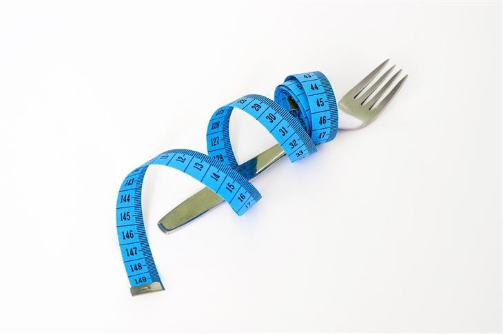 מיתוסים על דיאטה: מזלג עטוף בסרט מידה