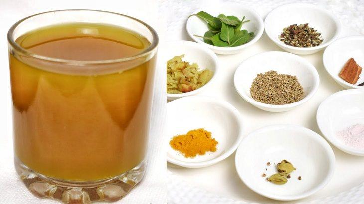 משקה בריאות הודי: כוס משקה ותבלינים
