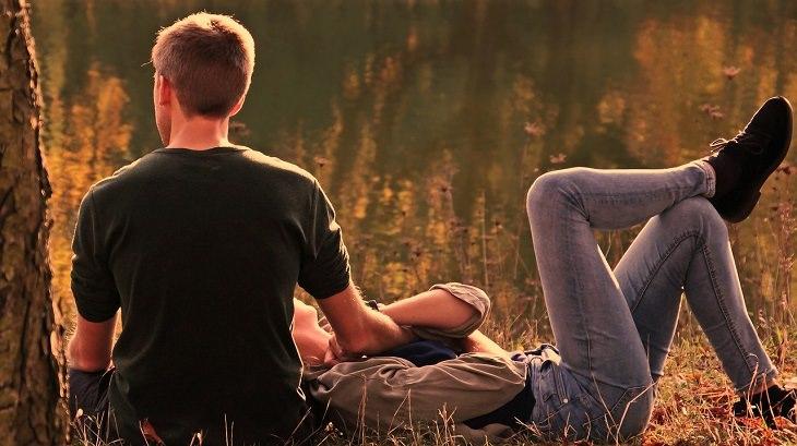 דברים שנשים וגברים צריכים לשנות: זוג יושב בטבע