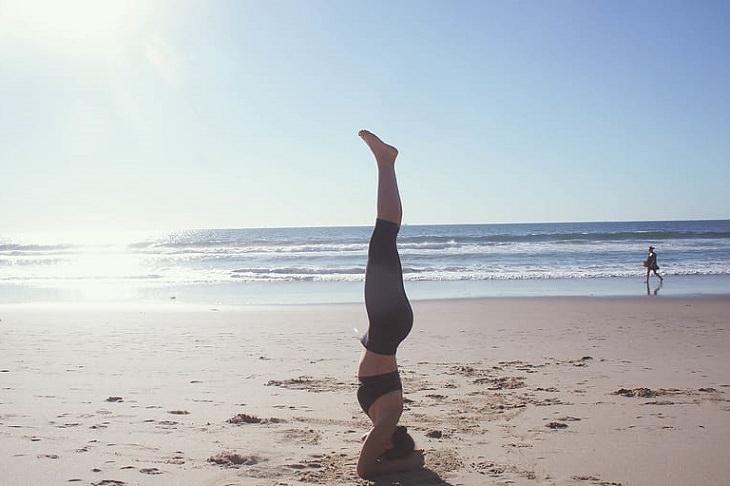 מיתוסים מעולם הגניקולוגיה: בחורה מבצעת עמידת ראש בחוף הים