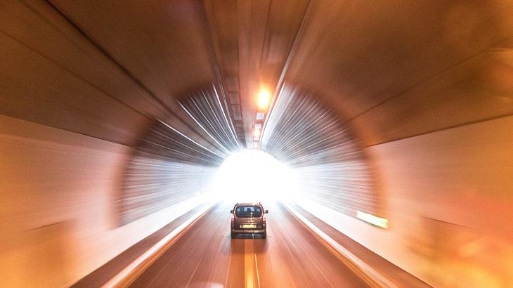 בדיחה על מכוניות בגן עדן: מכונית נוסעת תחת גשר אל עבר אור זורח