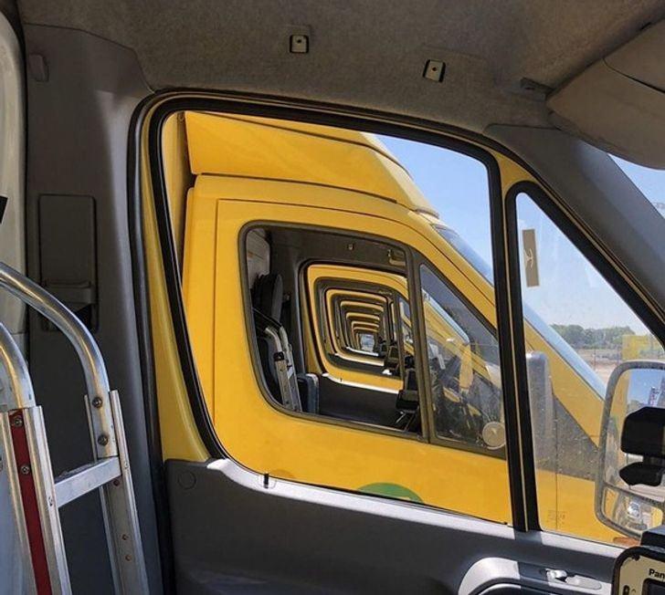 תמונות ברגע הנכון: רצף של משאיות בשורה