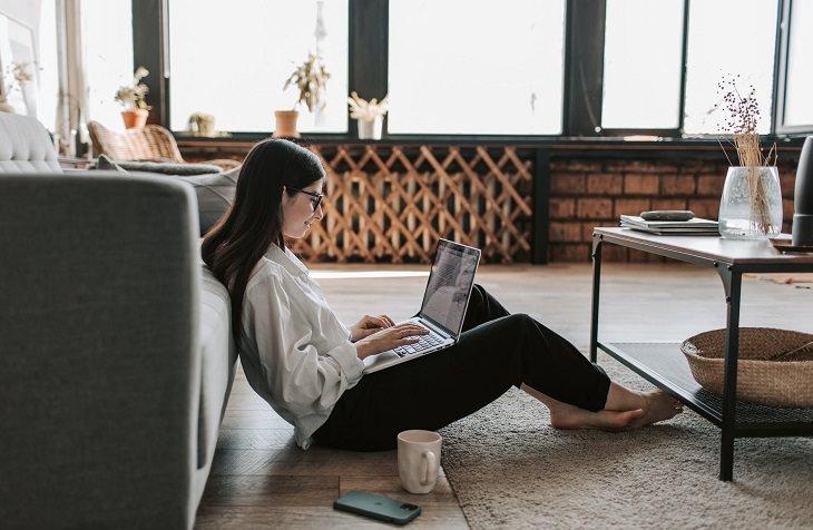 שמירה על הראייה בתקופת הקורונה: בחורה עובדת עם מחשב נייד